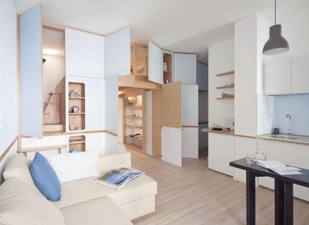 Marcenaria azul é destaque em apartamento pequeno na Itália (Foto: Anna Positano/ Divulgação)