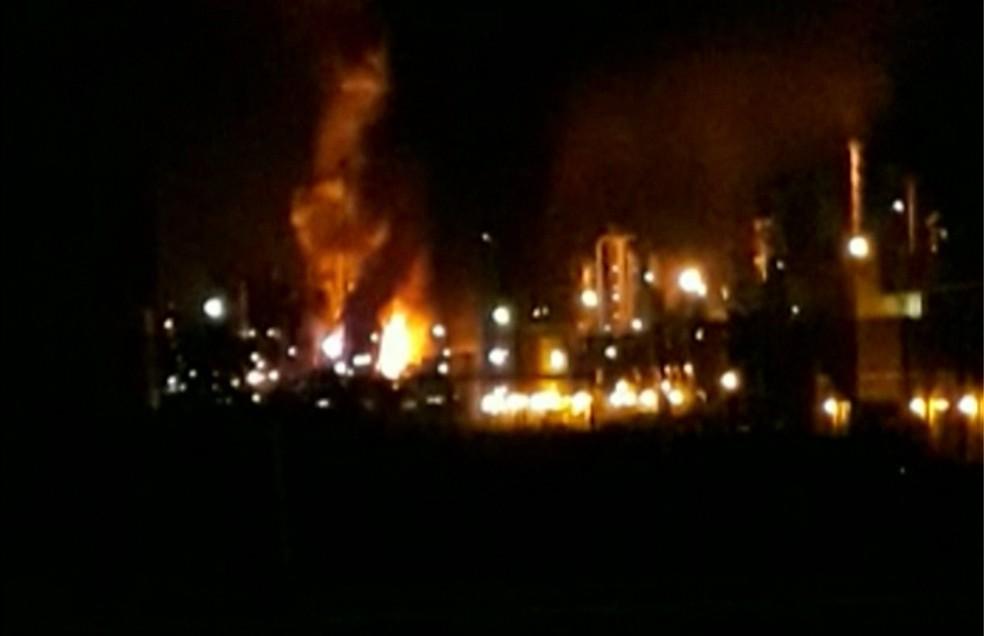 Morador registrou fogo na Replan, em Paulínia (Foto: Reprodução/TV Globo)