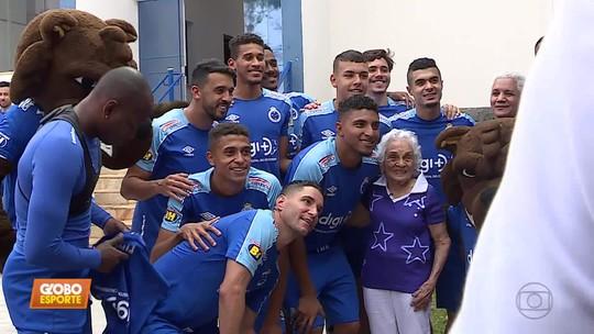 Conheça Dona Miracy, torcedora que fez 100 anos e comemorou com os jogadores do Cruzeiro