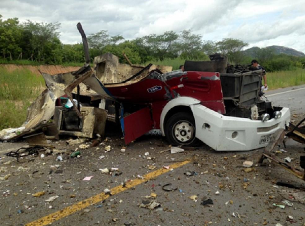 Carro-forte foi destruído durante assalto no Ceará — Foto: Reprodução/TVM