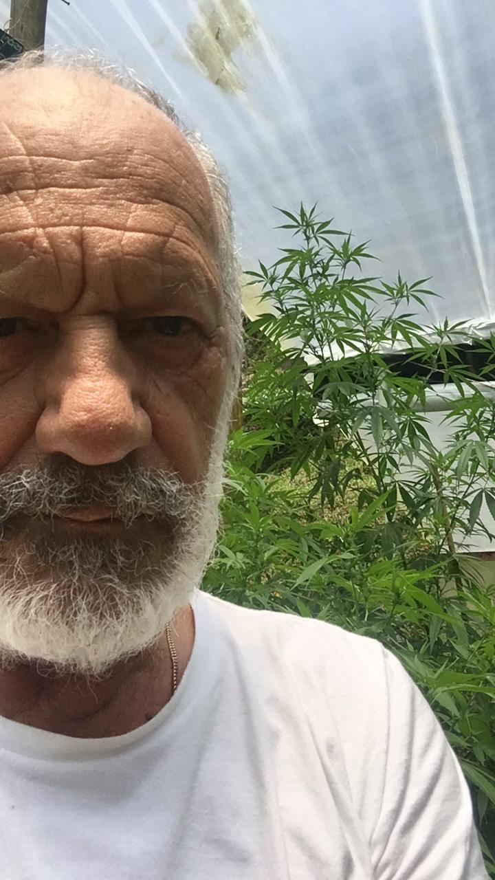 Ricardo Petraglia,em  sua casa em Xerém, conseguiu autorização para plantar maconha para fins medicinais