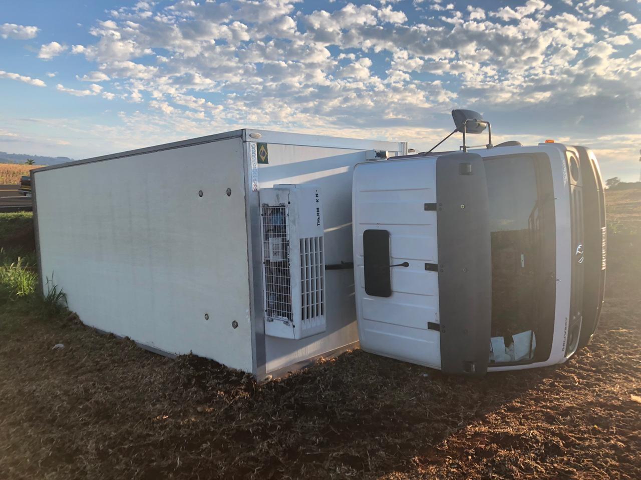 Caminhão furtado com carga de carne congelada tomba em rodovia de Arapongas