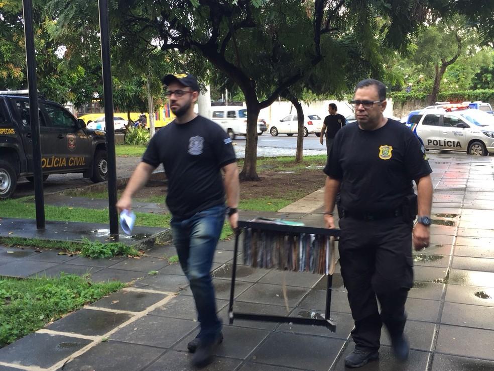 Materiais apreendidos foram levados para a sede do GOE, no bairro do Cordeiro, no Recife (Foto: Mônica Silveira/TV Globo)