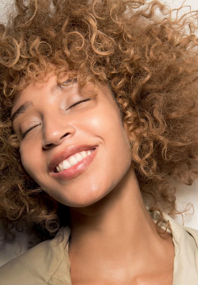 Maquiagem e cabelos com acabamentos imperfeitos  (Foto: Divulgação)