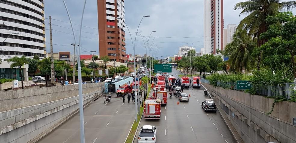 Ônibus tombado bloqueou avenida em Fortaleza — Foto: José Leomar/ Sistema Verdes Mares