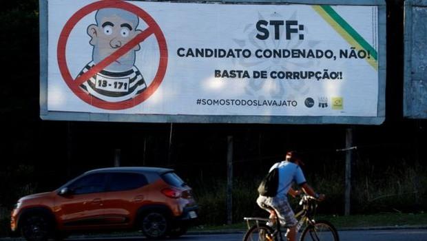 Outdoor em Curitiba, onde Lula está preso, com mensagem para o STF: 'Basta de corrupção! #SomosTodosLavaJato' (Foto: Reuters via BBC)