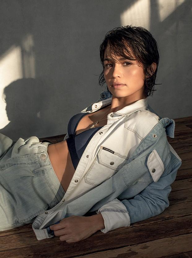 Nanda Costa (Camisas, calça e sutiã Calvin Klein. Colar Tiffany & Co.) (Foto: Karine Basílio)