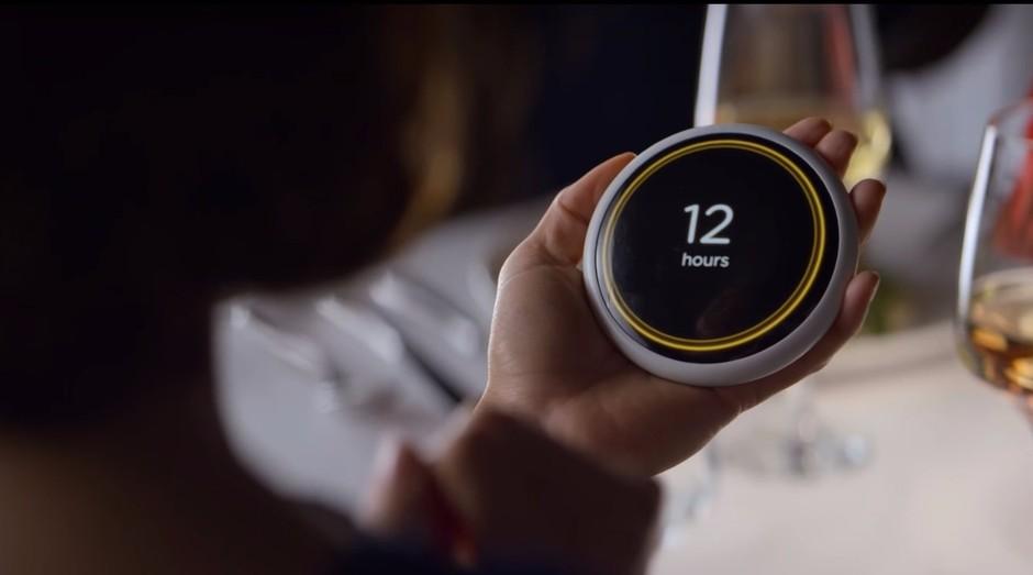 No episódio Hang the DJ, da série da Netflix, um dispositivo de namoro informava a seus usuários quanto tempo seus relacionamentos iriam durar (Foto: Divulgação)