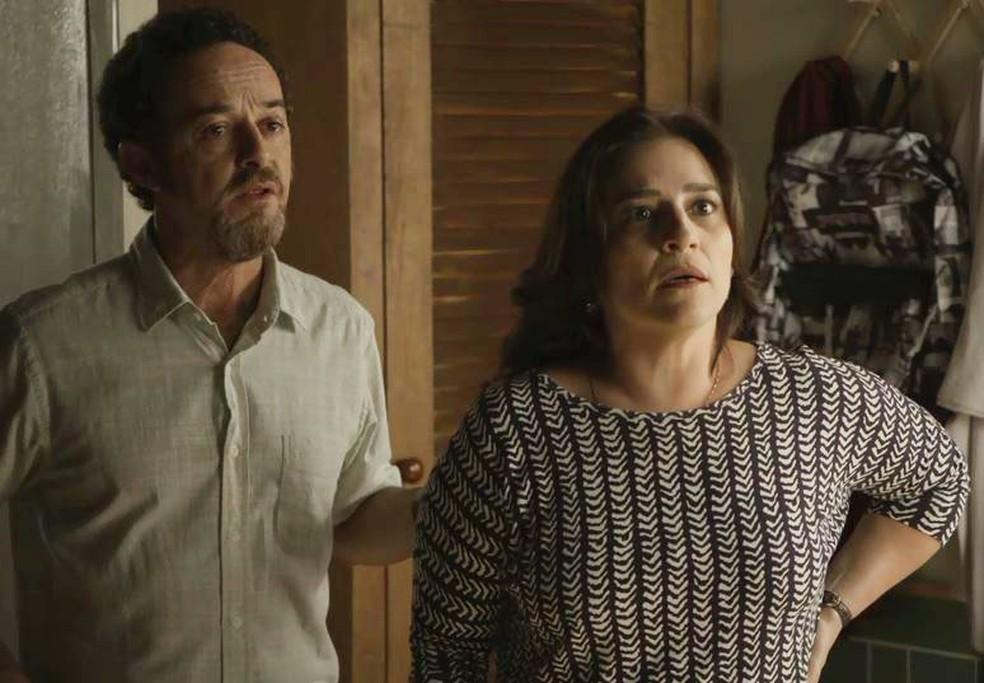 Aline (Simone Gutierrez) e Caetano (Glicério do Rosário) pegam filho no flagra — Foto: Globo
