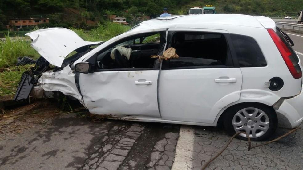 Carro foi retirado do rio com a ajuda do Corpo de Bombeiros (Foto: PRF| Divulgação)