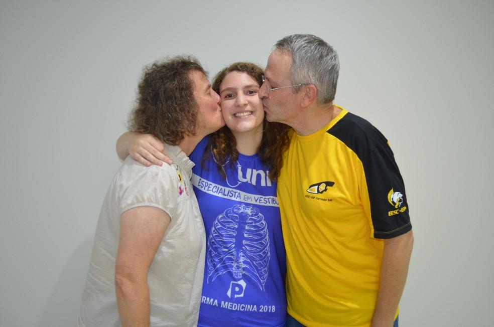 Os pais de Emanuelle, de São Carlos, que passou com 15 anos na medicina da USP estão orgulhosos do desempenho da filha. (Foto: Fabiana Assis/G1)