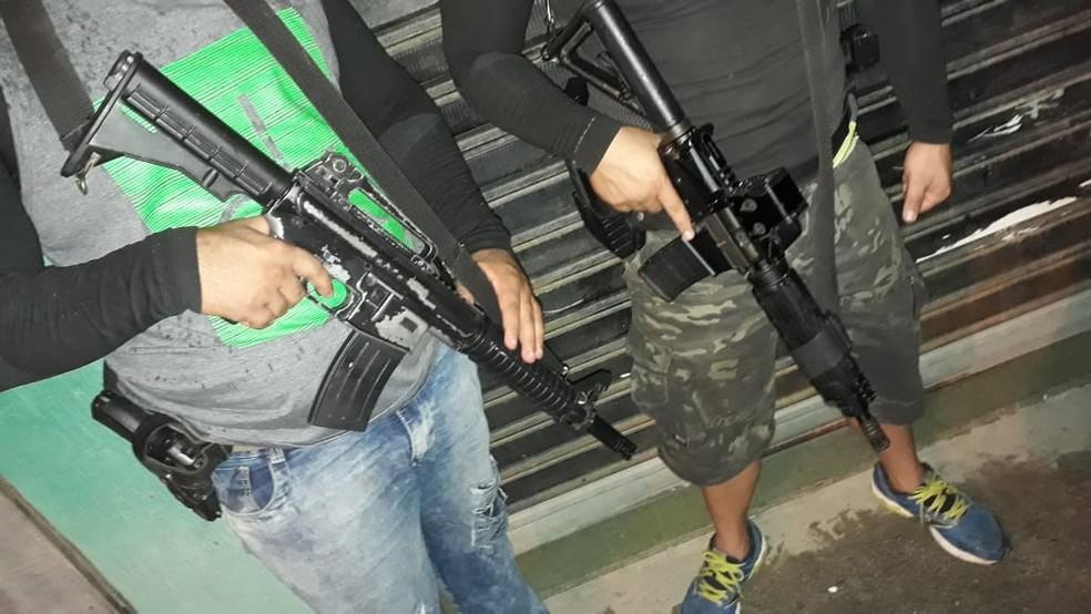 Milicianos exibem armas pesadas em Itaboraí — Foto: Reprodução/PCERJ