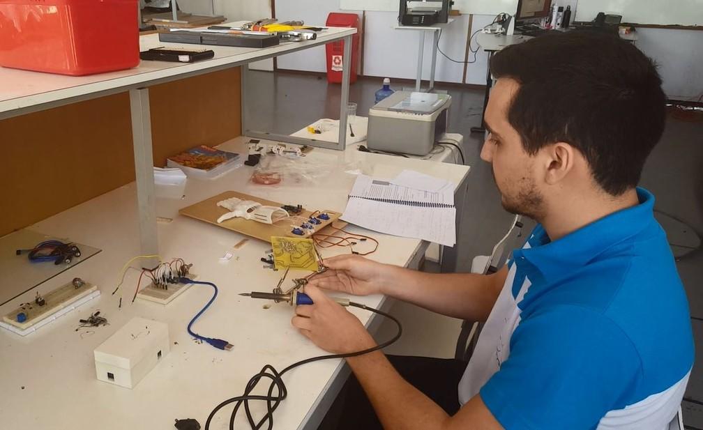 Estudantes de Itajubá (MG) desenvolveram tecnologia de baixa custo para próteses  — Foto: Fernanda Rodrigues/G1