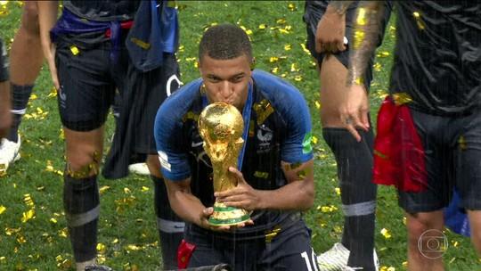 """Perto das origens, Mbappé impressiona revista da Bola de Ouro: """"Fenômeno"""""""