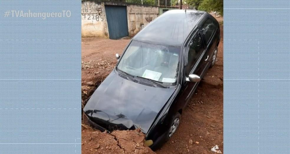 Carro ficou danificado após a batida — Foto: Reprodução/TV Anhanguera