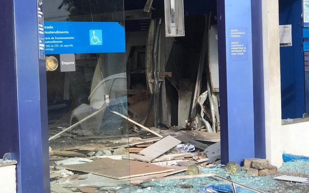 Grupo explodiu caixas de banco e agência ficou destruída em Salvador — Foto: Juliana Cavalcante/TV Bahia