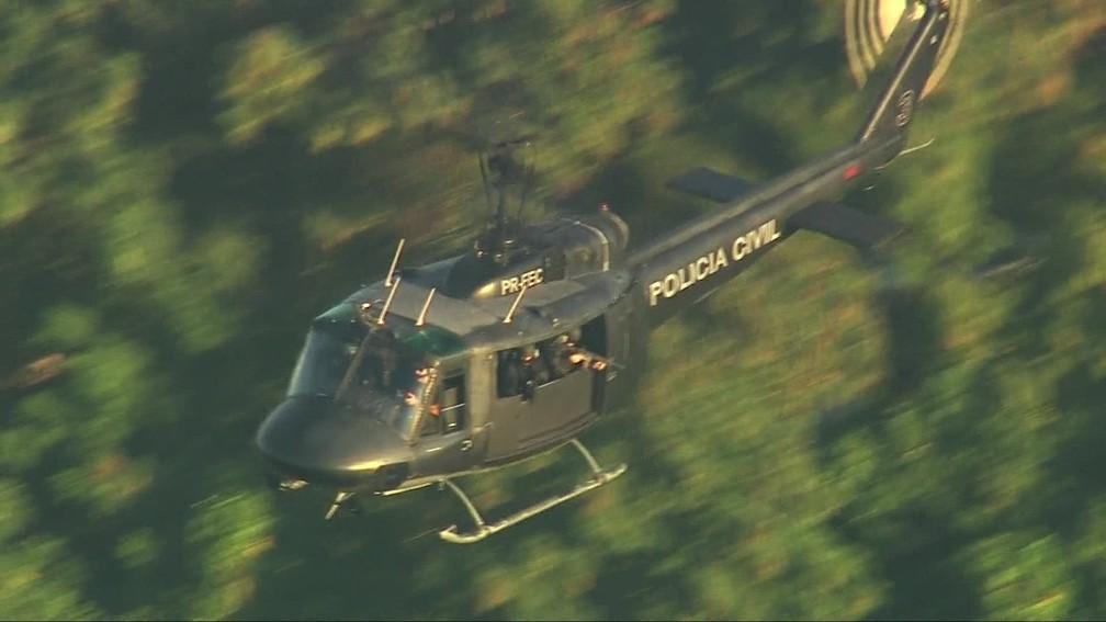 Helicóptero da Polícia Civil sobrevoa a Cidade de Deus durante confrontos entre criminosos e policiais — Foto: Reprodução/ TV Globo