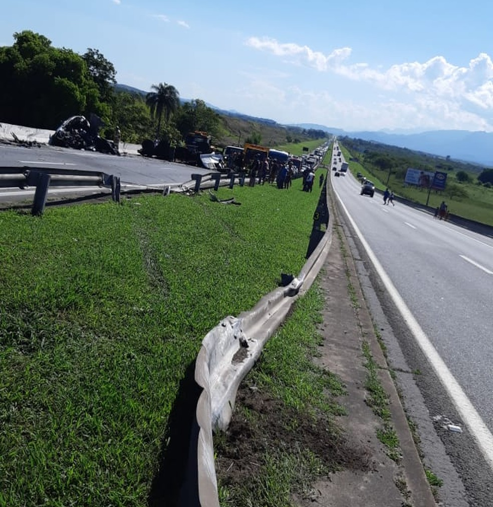 Trecho onde carreta invadiu pista contrária e depois atingiu carro; cinco pessoas morreram na Via Dutra, em Porto Real — Foto: PRF/Divulgação