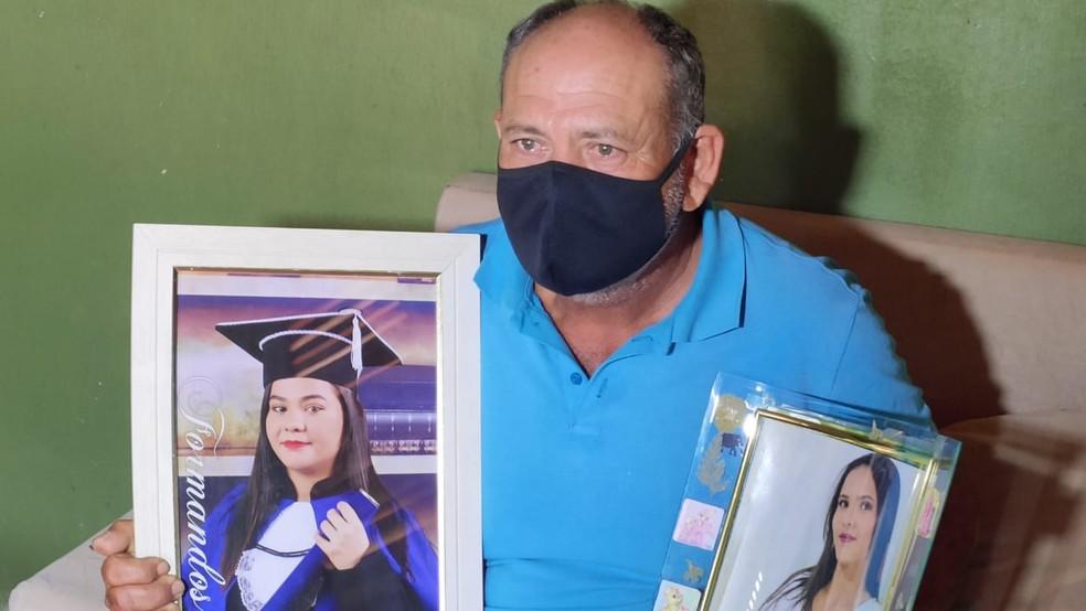 Agricultor Jonacir Ferreira de Lira mostra foto das filhas vítimas em acidente na BR-304, em Natal — Foto: Isaiana Santos/Inter TV Costa Branca