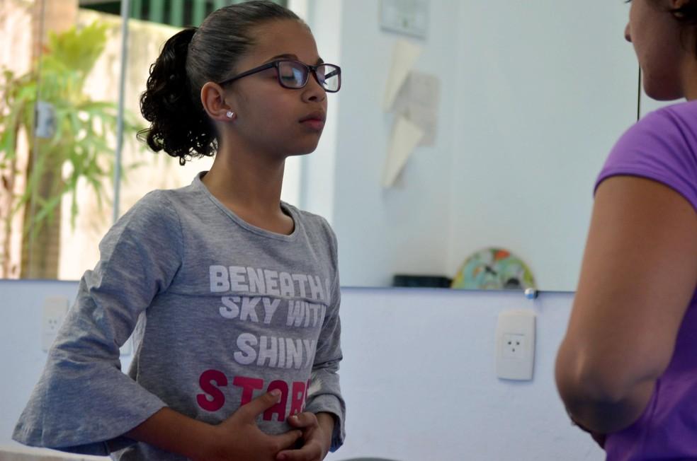 Maria Clara se sente mais calma quando trabalha a respiração — Foto: Raquel Baes/ G1