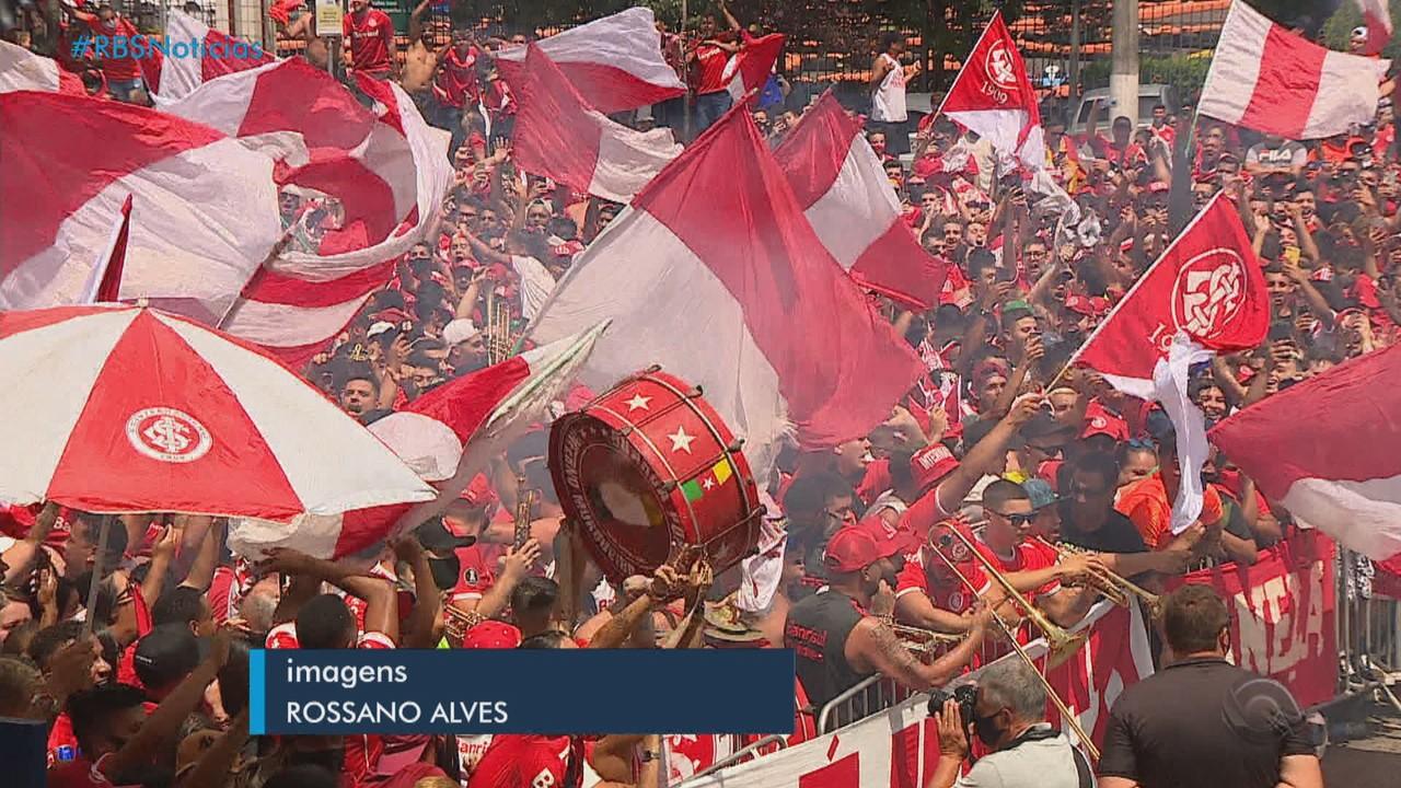 Empolgação e aglomeração: torcida do Inter apoia o time no embarque para o Rio de Janeiro