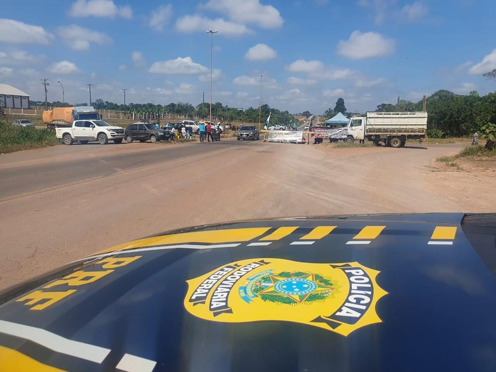 BR-364 é fechada parcialmente por manifestantes no trevo de Cujubim, RO — Foto: PRF/Divulgação