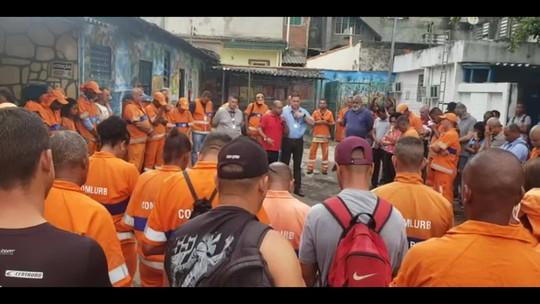 Corpo de gari morto por bala perdida é velado no Rio de Janeiro