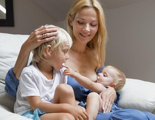 A polonesa amamenta o caçula, enquanto acolhe o filho maior (Foto: Tina Boyadjieva )
