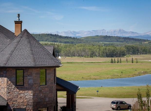 A paisagem natural de um lago canadense pode ser vista pelas janelas da casa (Foto: Facebook/ Reprodução)