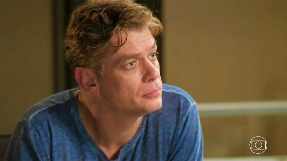 Arthur (Fábio Assunção) confessa que mantém aposta em segredo — Foto: TV Globo