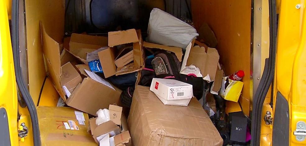 Carro foi encontrado e encomendas que seriam entregues foram reviradas pelos criminosos em Mossoró, nesta quinta (23) — Foto: Reprodução/Inter TV Cabugi