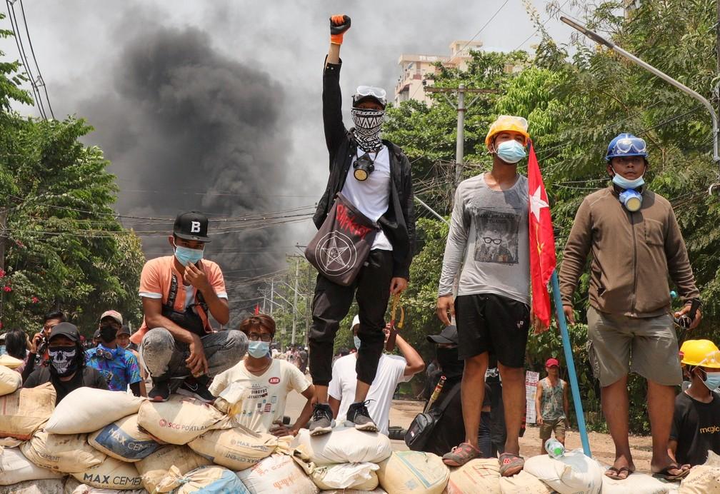 Manifestantes protestam contra o golpe militar em Mianmar — Foto: Reuters