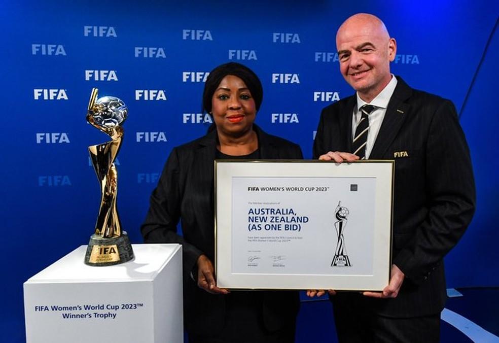 Gianni Infantino e a secretária-geral Fatma Samoura posam com placa comemorativa — Foto: Divulgação/Fifa