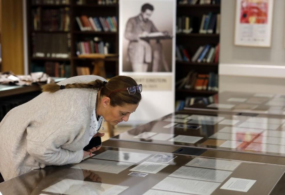 A coleção agora faz parte do arquivo de mais de 80 mil itens públicos do arquivo de Albert Einstein — Foto: MENAHEM KAHANA / AFP