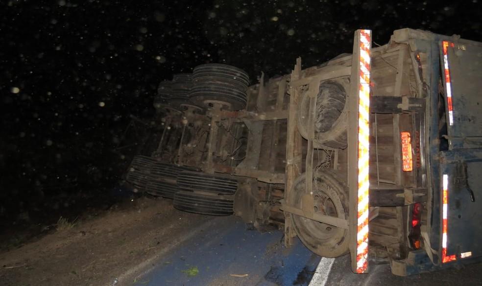 Resultado de imagem para Colisão entre carreta e carro deixa feridos e veículo destruído na BR-242, no oeste da Bahia