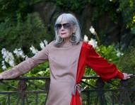 Modelo e professora universitária, Lyn Slater usa a moda para combater o etarismo