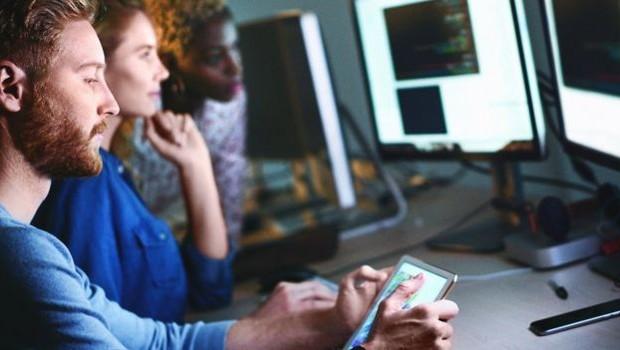 Homem usando smartphone (Foto: Getty Images via BBC)