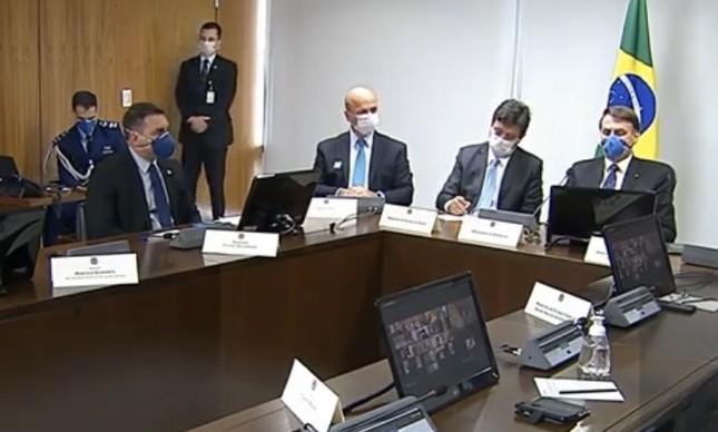Flávio Bolsonaro (esq) participa de reunião sobre coronavírus no Planalto