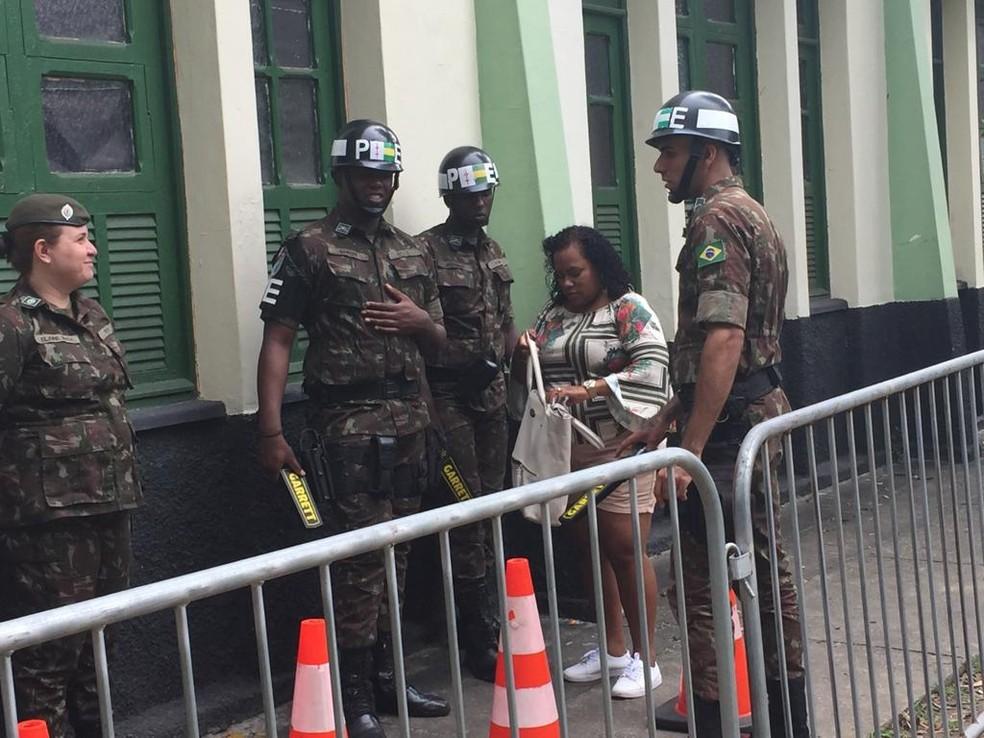 Polícia do Exército revista eleitores que votam na mesma zona eleitoral de Jair Bolsonaro (Crédito: Cristina Boeckel)