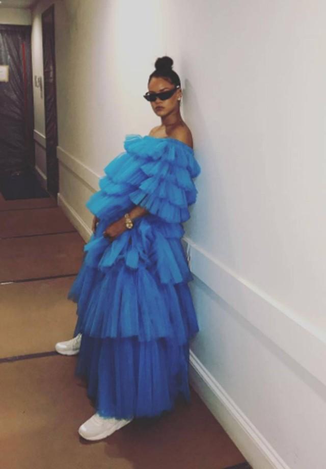 Rihanna de vestido Molly Goddard e sneakers (Foto: Instagram Rihanna/ Reprodução)