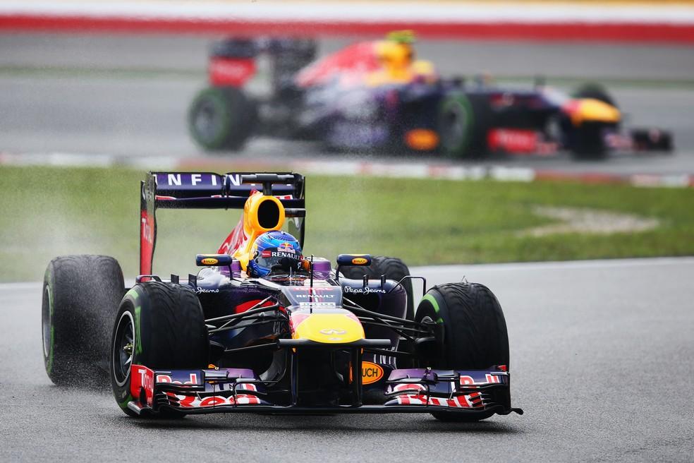 Vettel à frente de Webber no começo do GP da Malásia de 2013 — Foto: Getty Images