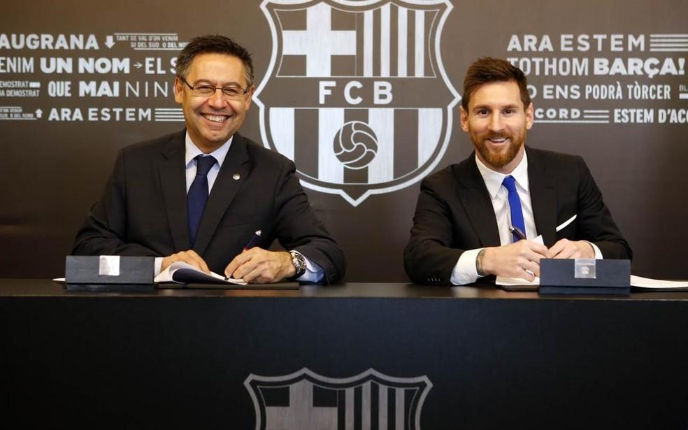 Bartomeu e Messi no dia da última renovação de contrato do craque do Barcelona, em 2017: duras críticas ao presidente — Foto: Reprodução / Site Oficial