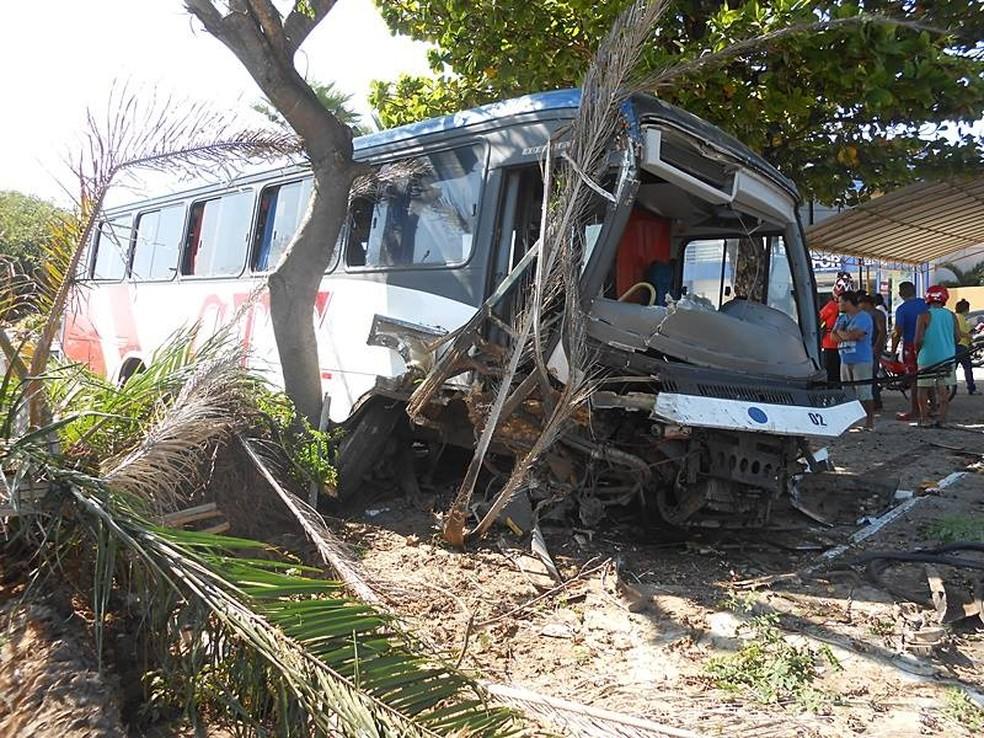 Ônibus desgorvenado invadiu praça em Parnaíba (Foto: Bruno Santana/Tribuna de Parnaíba)