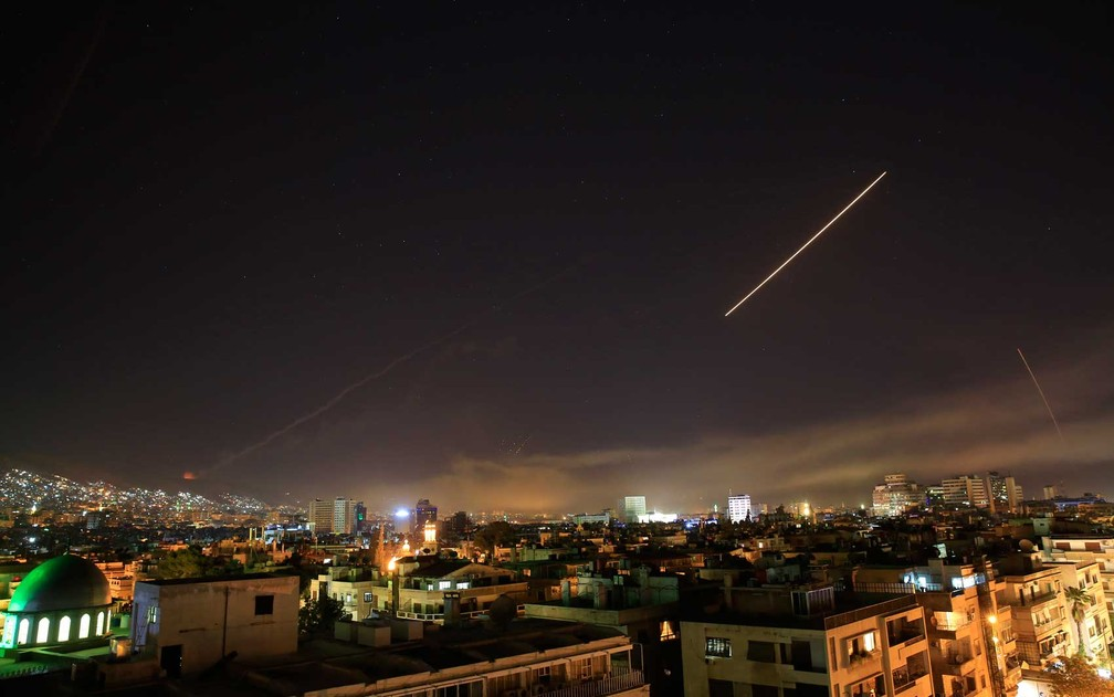 Míssil cruz o céu de Damasco (Foto: Hassan Ammar / AP Photo)