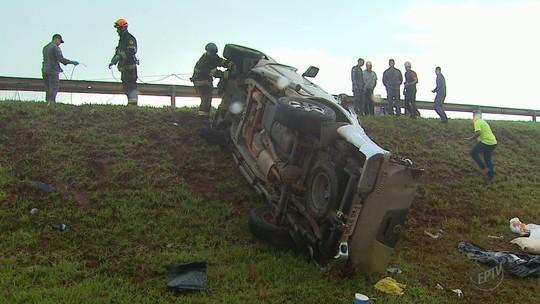 Capotagem de caminhonete deixa um morto e 3 feridos na Anhanguera em Cravinhos, SP