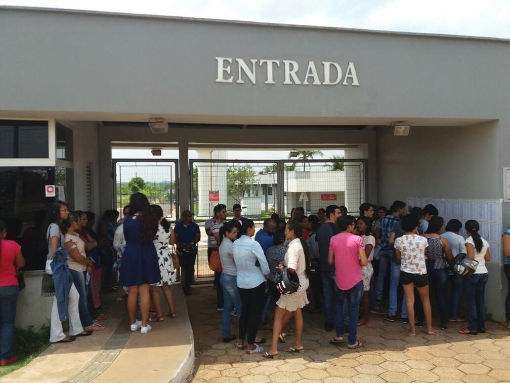 Estudantes se adiantaram para evitar imprevistos (Foto: Cássia Rangel/TV Anhanguera)