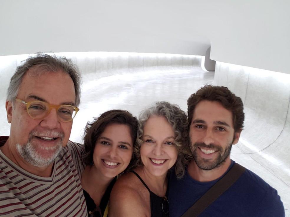 Luis (à direita) e Camila Taliberti (a 2ª a partir da esquerda) foram mortos em Brumadinho; padrasto (à esquerda) e mãe (3ª a partir da esq.) foram a Brumadinho para tentar localizá-los — Foto: Reprodução