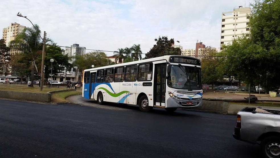 Ônibus passa pela Avenida Armando de Salles Oliveira, em Piracicaba (Foto: Felipe Feirreira/CCS)