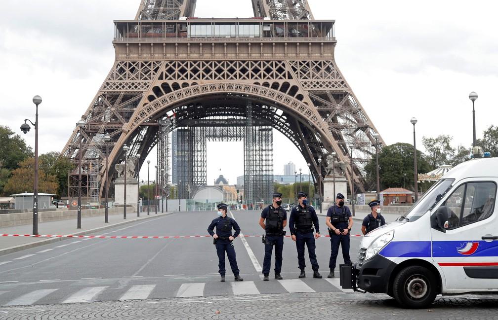 Polícia francesa cerca a Torre Eiffel, em Paris, nesta quarta-feira (23). Monumento foi esvaziado — Foto:  Charles Platiau/ Reuters