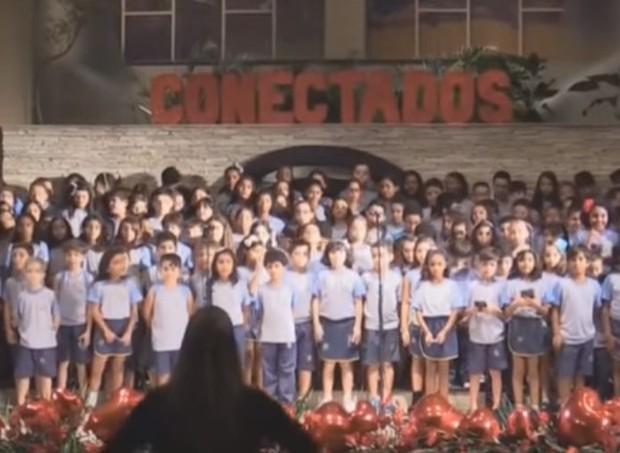 """O coral cantou a música """"Desconecta"""" e viralizou na internet (Foto: Reprodução/ Youtube)"""